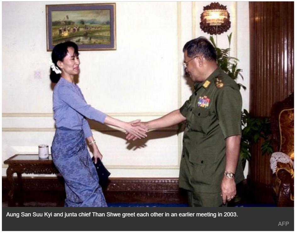 Aung San Suu Kyi, grande gagnante des élections générales birmanes de novembre, a rencontré samedi le leader de l'ancienne junte Than Shwe. Ici, une photo de leur rencontre en 2003.