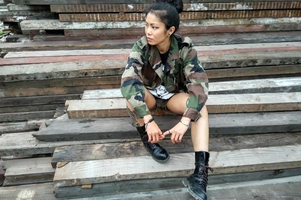 ChaCha en veste militaire.
