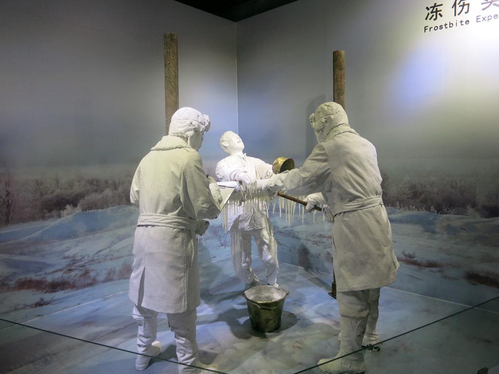 Pingfang, Mémorial de l'Unité 731: un détenu attaché dans l'hiver mandchou a les bras aspergés d'eau qui gêle instantanément.