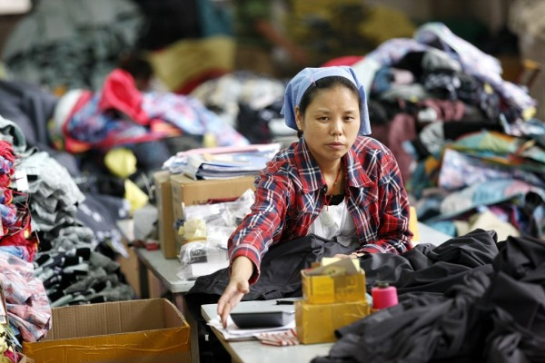 Ouvrière chinoise dans une usine textile de Huabei, dans la province de l'Anhui en Chine de l'Est, le 1er septembre 2015.