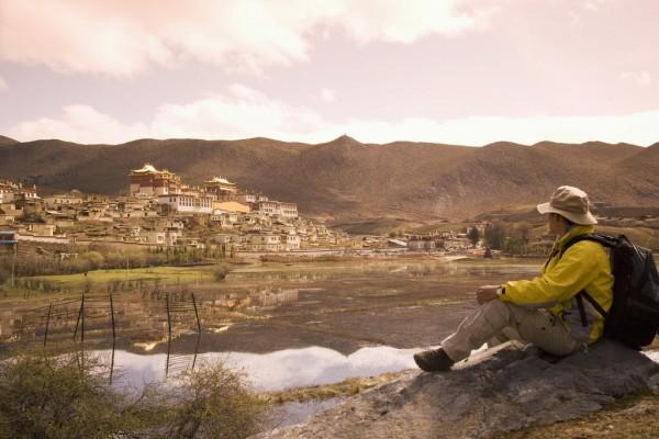 Un voyageur devant le monastère bouddhiste de Ganden Sumsteling Gompa à Zhongdian dans la province du Yunnan.
