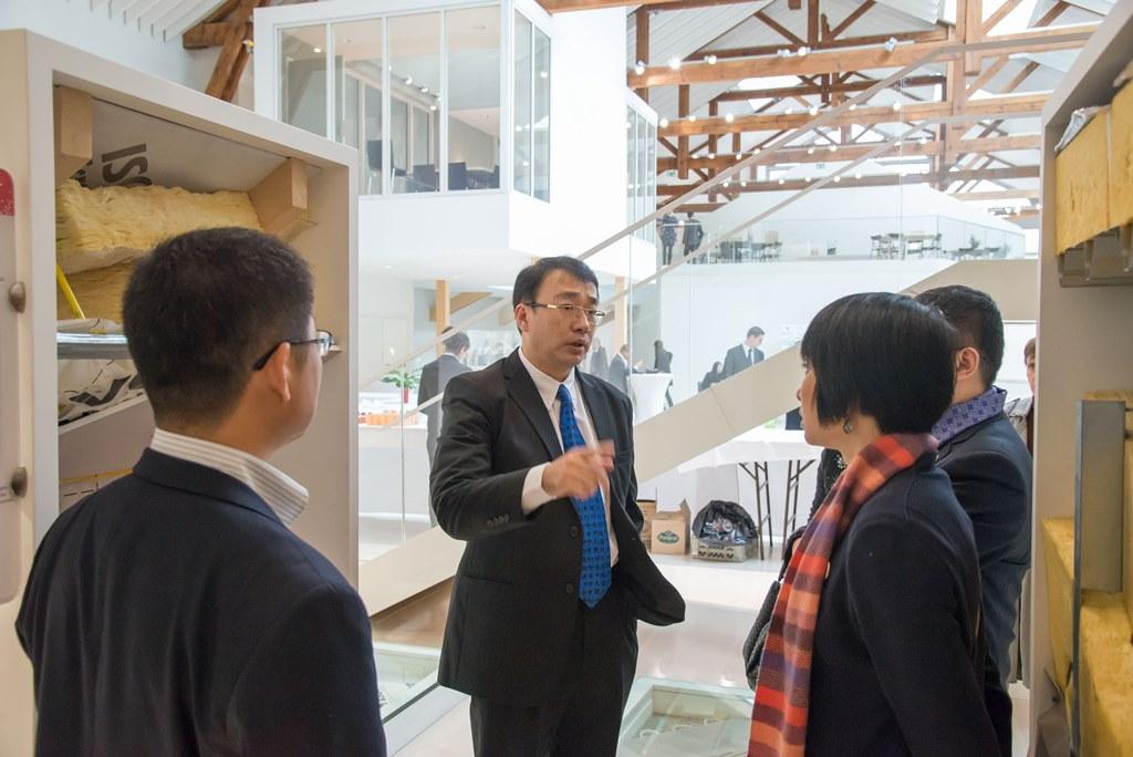 Le délégué général Asie-Pacifique du groupe Saint-Gobain, Nicolas Nie, lors de la visite du Domolab de Saint-Gobain à Aubervillers, co-organisée par le Forum Chine-Europe le 2 décembre 2015.