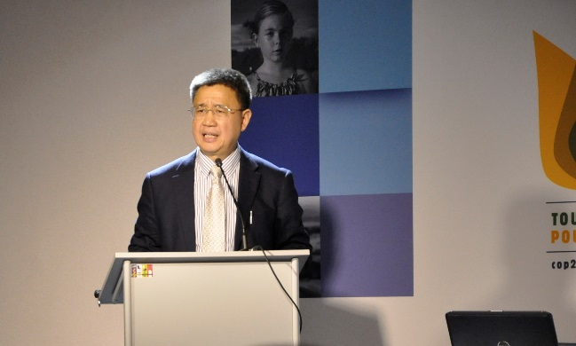 Wang Zhenyao, directeur de l'Institut de recherches sur la philanthropie de Chine, à la tribune du side-vent organisé par le Forum Chine-Europe, le 1er décembre lors de la COP21 au Bourget.