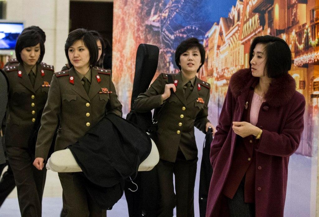 Les membres du girls band nord-coréen Moranbong Band à leur arrivée à l'aéroport de Pékin, le 10 décembre 2015. Le groue favori de Kim Jong-un - il en aurait choisi tous les membres - est le dernier, voire le seul, outil de soft power de Pyongyang.