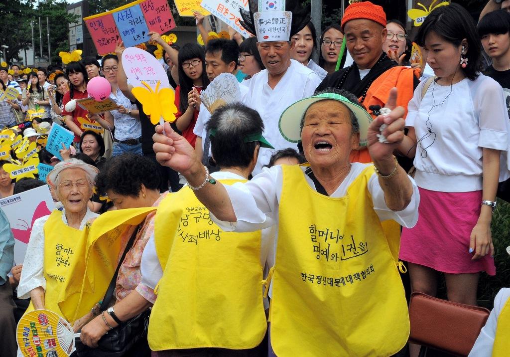 """Dames sud-coréennes en uniforme jaune, forcées il y à 70 ans de se prostituer pour les soldats japonais, et appelées """"femmes de réconfort"""". Ici lors d'une manifestation pour appeller Tokyo à offrir des réparations, devant l'ambassade du Japon à Séoul, le 11 août 2010."""