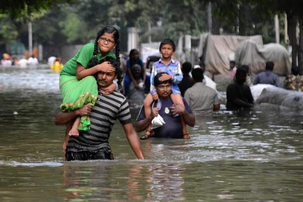 Des résidents indiens sinistrés à Chennai, dans le sud de l'Inde, lors des terribles inondations qui ont paralysé la ville, le 3 décembre 2015.