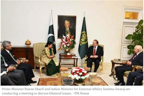 """Le Premier ministre pakistanais Nawaz Sharif et la ministre indienne des Affaires étrangères Sushma Swaraj ont promis de reprendre un """"processus de dialogue inclusif""""."""