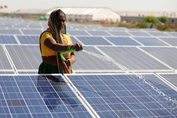 Arrosage de panneaux solaires sur le premier site en Inde d'une capacité d'1 MW dans le village de Chandrasan, district de Mehsana à 45 km d'Ahmedabad, le 22 avril 2012.