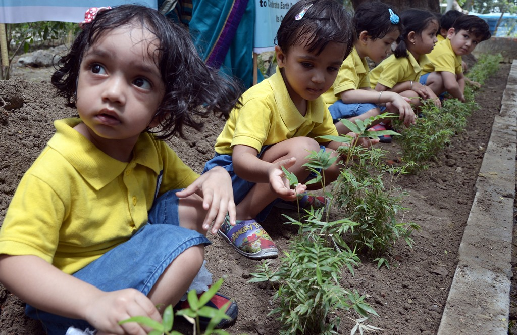 Des écoliers indiens participent à un programme de reforestation à l'occasion de la journée mondiale de la Terre (Earth Day) à Calcutta en Inde, le 22 avril 2015.