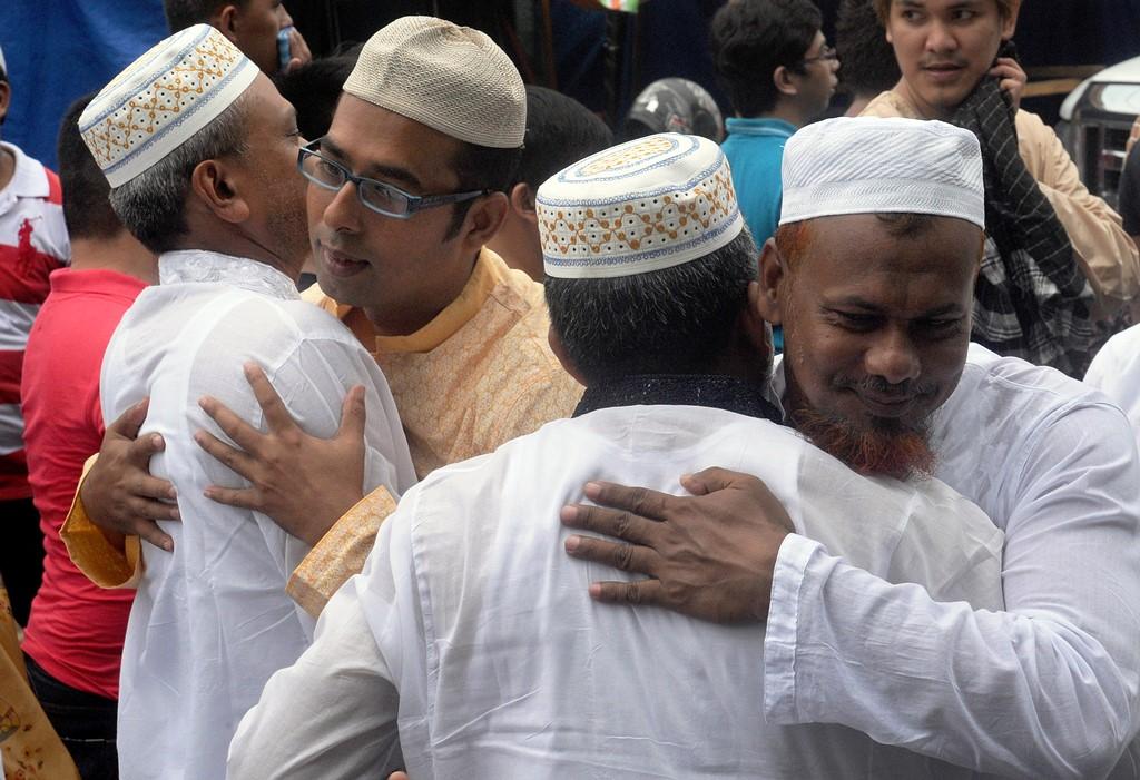 Des fidèles musulmans se donnent l'accolade après la prière de rue, pour la fête de l'Eid al-Fitr, devant la Grande Mosquée à Manille, le 17 juillet 2015.
