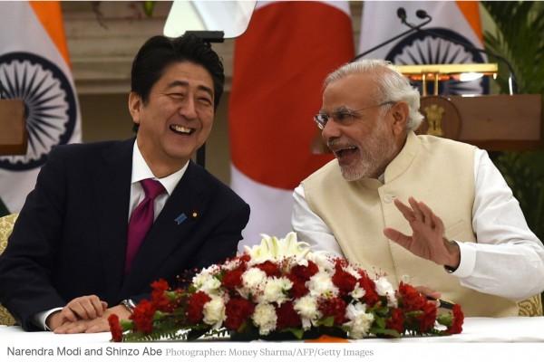 Shinzo Abe s'est rendu ce week-end en Inde pour une visite de trois jours, durant laquelle les relations entre Tokyo et New Delhi ont connu un grand rapprochement. Copie d'écran de Bloomberg Business, le 14 décembre 2015.