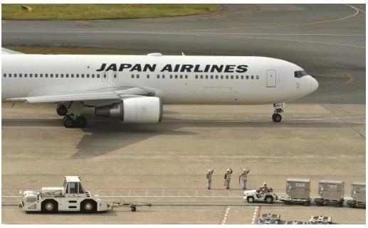 Suite aux attentats de Paris, la compagnie aérienne suspend l'un de ses deux vols quotidiens entre Tokyo et Paris.