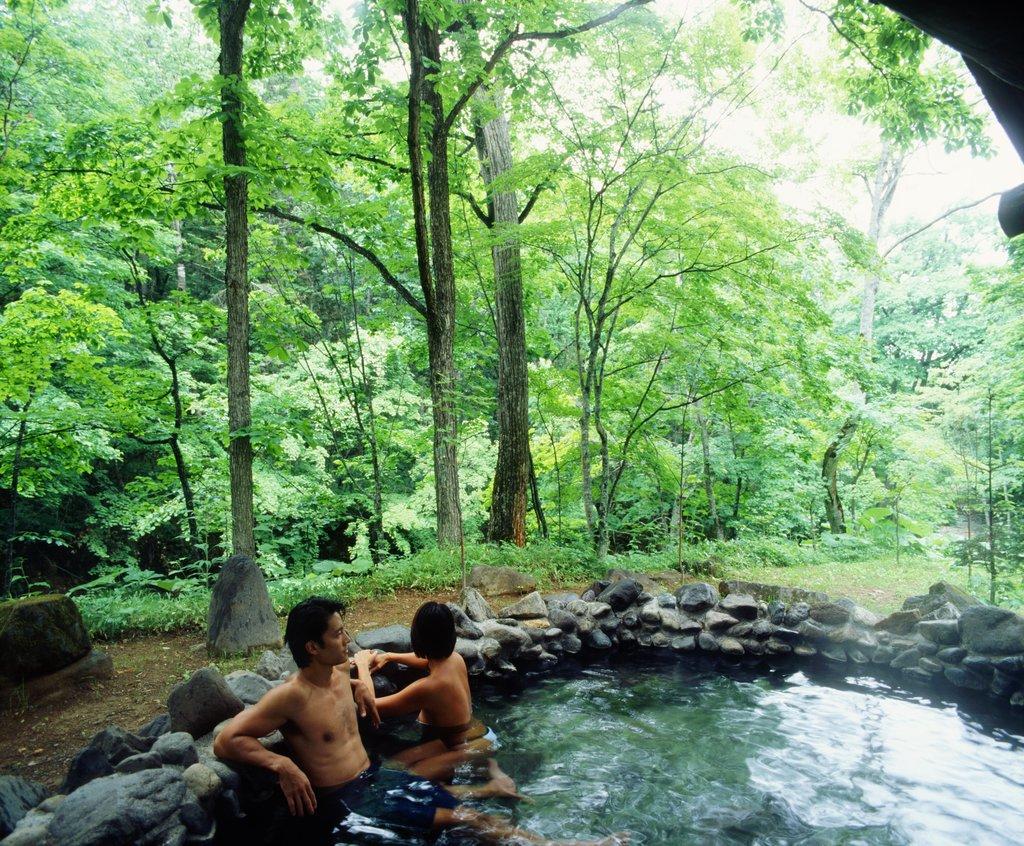 Un couple dans un bain traditionnel japonais sur l'île d'Hokkaido.