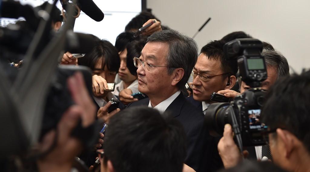 Le Pdg de Sharp Kozo Takahashi lors d'une conférence de presse pour annoncer une perte de 700 millions de dollars sur six mois, le 30 octobre 2015.