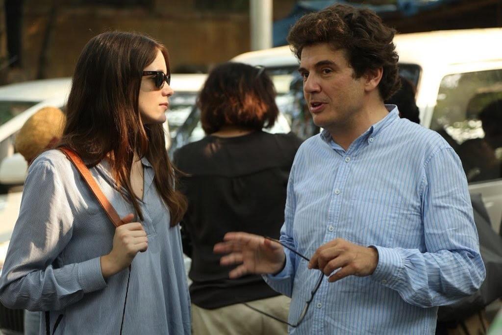 """Le réalisateur français Nicolas Sada avec son actrice principale Stacy Martin, sur le tournage de """"Taj Mahal"""""""