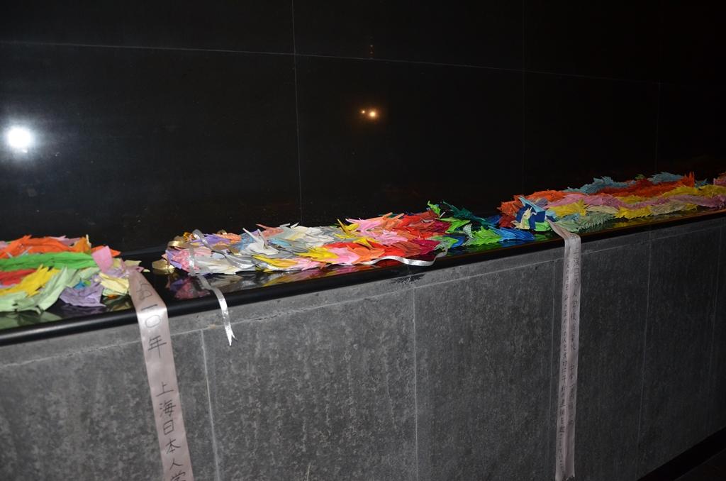 Origami déposés par des élèves japonais au Mémorial du massacre de Nankin.