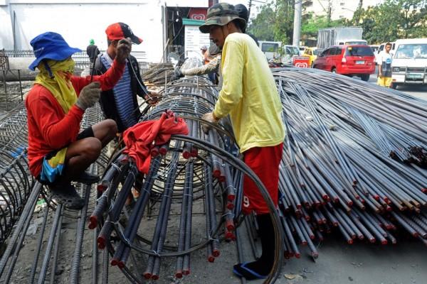 Ouvriers philippins sur kle chatier d'un nouvel immeuble à Manille le 17 janvier 2014.