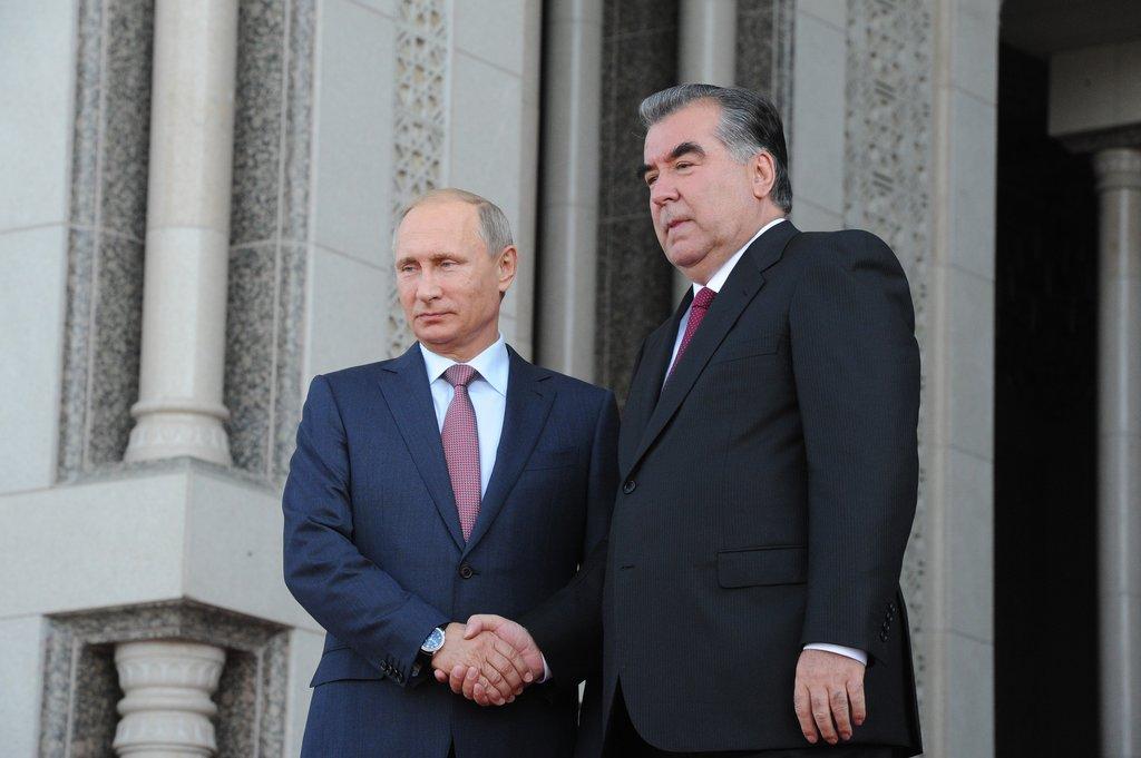 Le président russe Vladimir Poutine et le président tadjik Emomalii Rahmon après le sommet de l'Organisation du Traité de Sécurité collective à Douchanbé au Tadjikistan, le 15 septembre 2015.