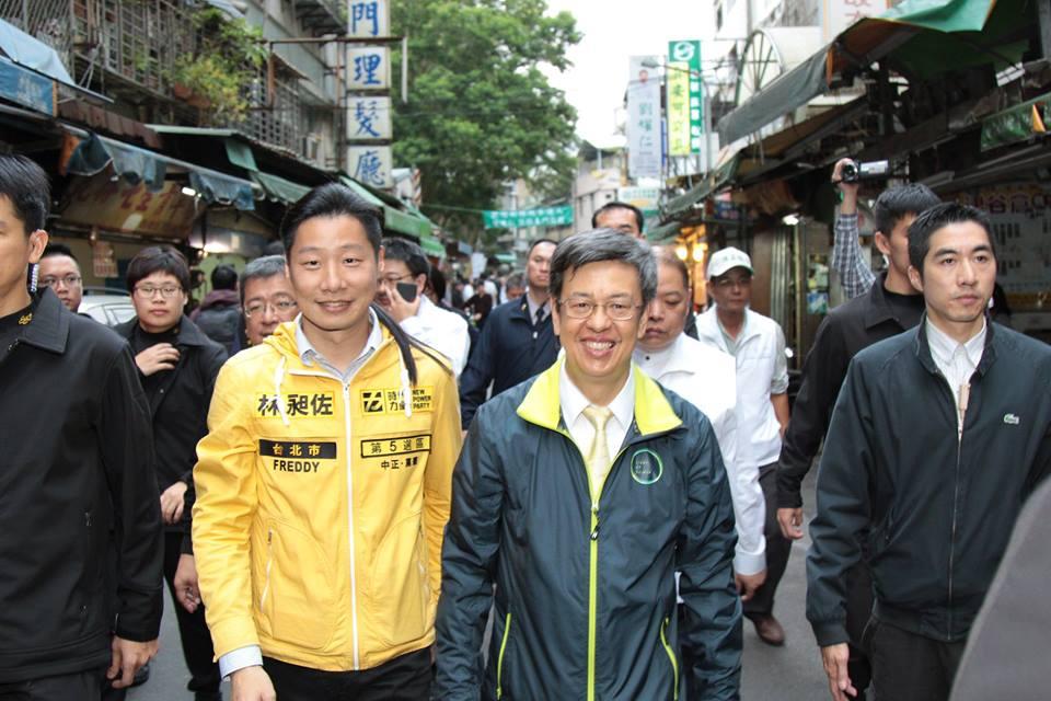 Le rockeur Freddy Lim, candidat du New Power Party dans une circonscription de la capitale, a le soutien du DPP, comme ici son candidat à la vice-présidence de la République, Chen Chien-jen (陳建仁).