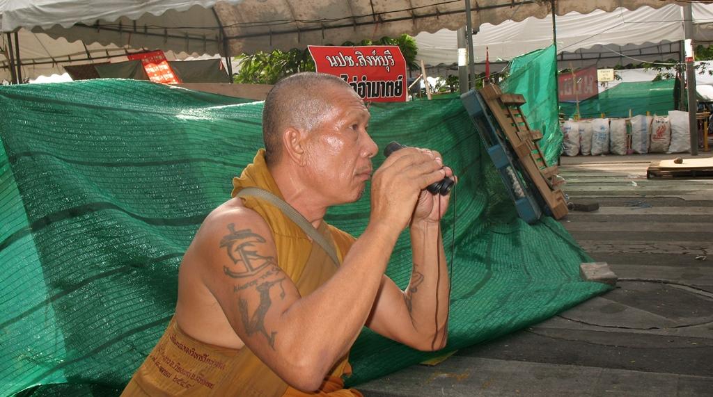 Un moine bouddhiste dans le camp des Chemises rouges le 19 mai 2010 lors de la répression par les militaires à Bangkok.