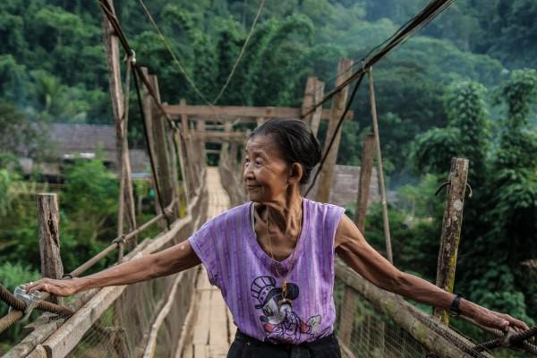 Say Woah Taw, ancienne indépendantiste karen, traverse le pont de la rivière Yuam, à la frontière thaïe-birmane