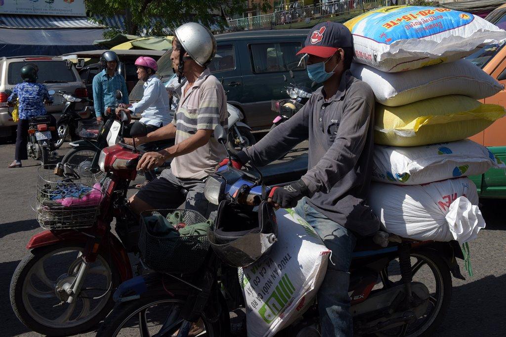 Au Cambodge, le transport des marchandises - ici dans une rue de Phnom Penh le 31 décembre 2015 - est loin de la logistique à Singapour.