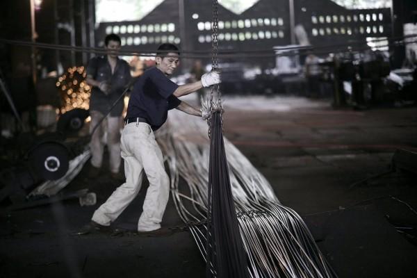 Ouvriers dans une usine sidérurgique de Chongqing en Chine.