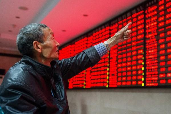 Un petit porteur chinois dans un bureau boursier à Nankin, dans la province du Jiangsu à l'est de la Chine, le 19 novembre 2015