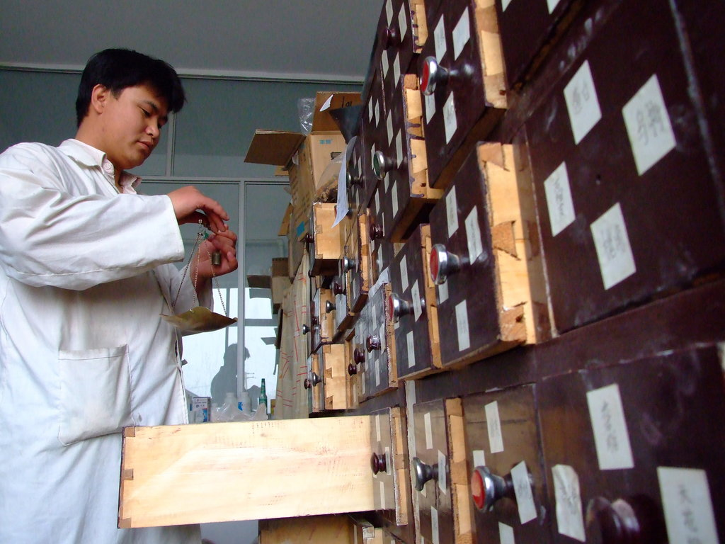 Un médecin traditionnel chinois prépare un traitement à base de plantes dans un hôpital de Baotou, la capitale de la province de Mongolie Intèrieure.