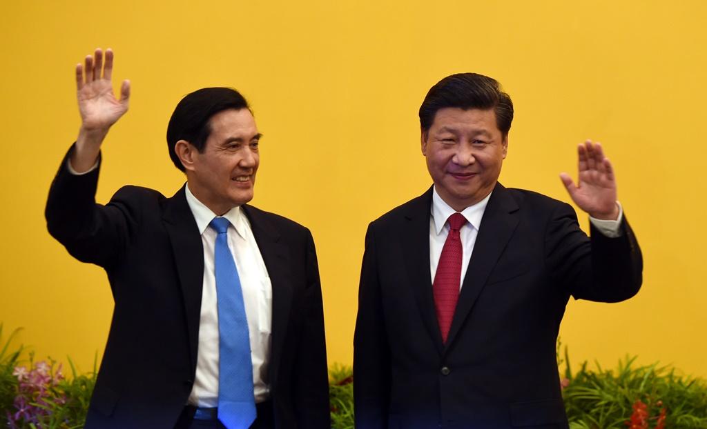 """Le président chinois Xi Jinping, et son """"homologue"""" taïwanais Ma Ying-jeou lors de leur rencontre à Singapour le 7 novembre."""