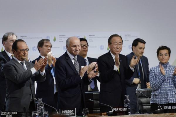 François Hollande, le président français ; Laurent Fabius, le ministre des affaires étrangères français ; Ban Ki-moon, le secrétaire général des nations Unies et Christiana Figueres, secrétaire exécutive de la Convention-cadre des Nations unies sur les changements climatiques (CCNUCC) applaudissent après qu'un accord ait été trouvé à la COP21.