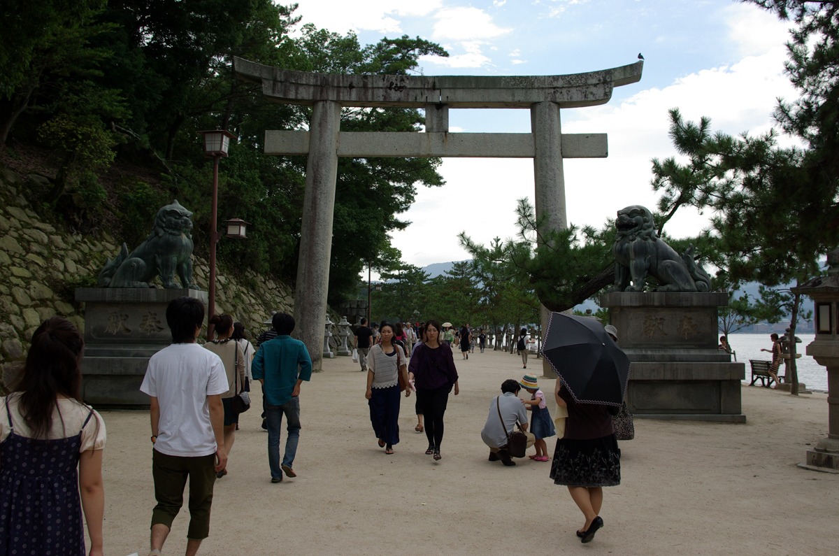 Koma-inu devant un portique shintoïste sur l'île de Miyajima au Japon.