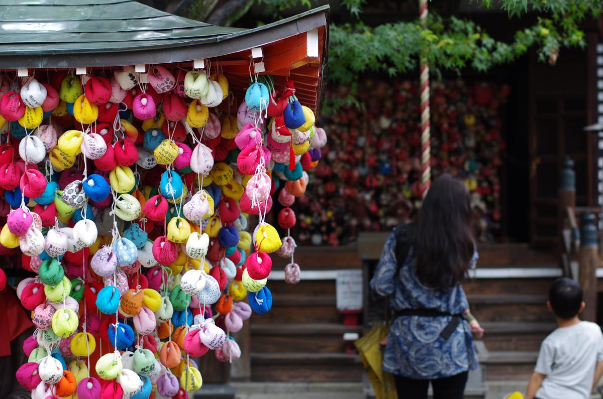 Singes ficelés multicolores dans le temple Yasaka Kôshidô à Kyôto au Japon.