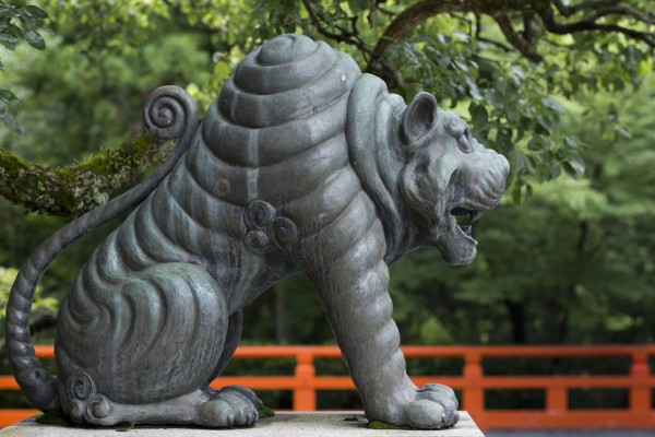 Statuette de koma-inu au temple bouddhiste Kuramadera à Kyoto