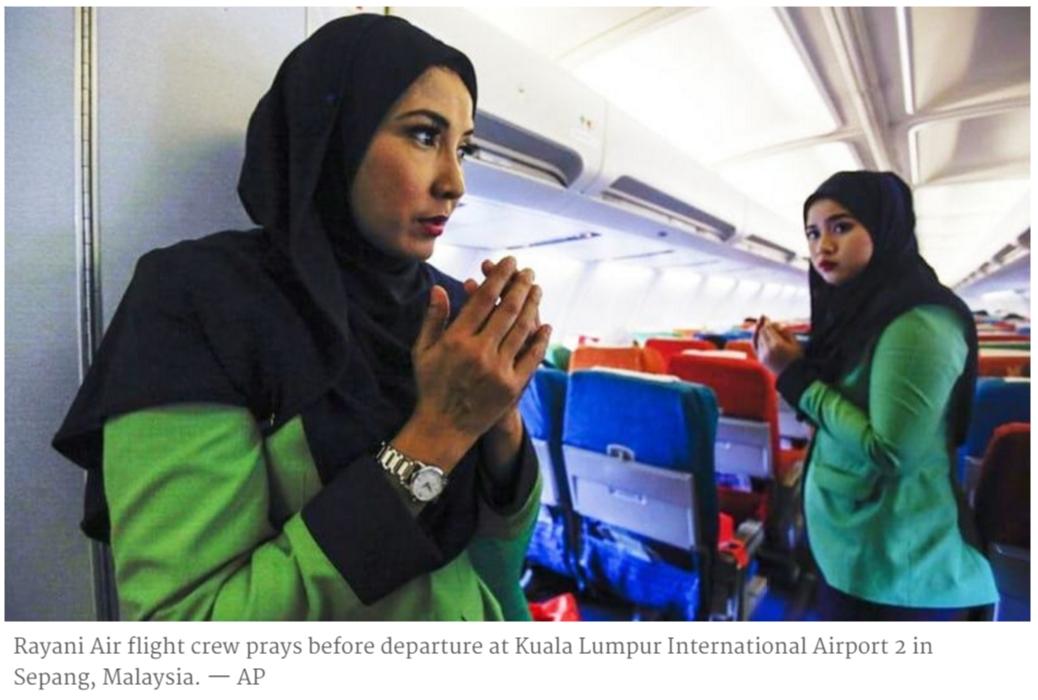 Avant le vol inaugural de la compagnie, les hotesses de Rayani Air récitent leur prière.