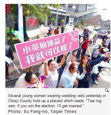 Des jeunes femmes à Taiwan célèbre la venue de la candidate favorite aux élections présidentielles.
