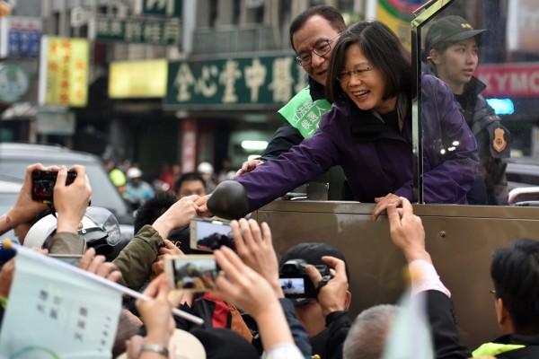 Tsai Ing-wen, la candidate du Parti démocrate progressiste (DPP) à l'élection présidentielle du 16 janvier, ici saluée par ses supporters à Taipei le 15 janvier 2016.