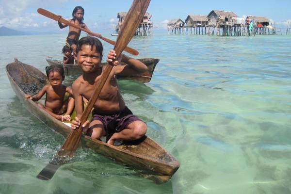 """Les Bajau Laut, appelés les """"nomades de la mer"""" sillonnent les eaux du Sud-Est asiatiques dans le Triangle de corail."""