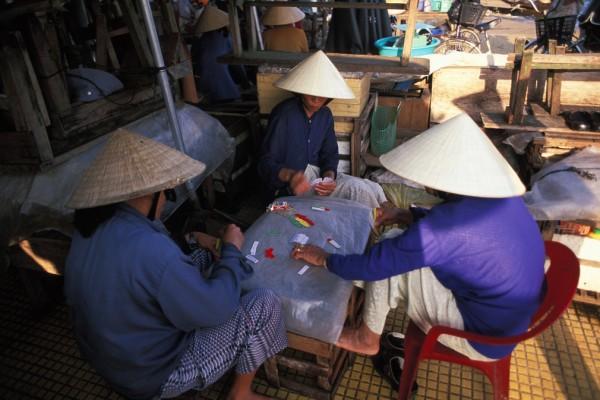 Des femmes jouent aux cartes sur un marché de Hoi An au Vietnam