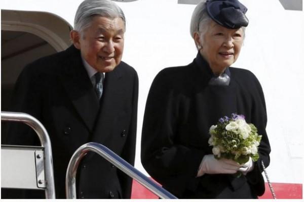 Le couple impérial japonais embarque à bord d'un avion pour les Philippines.