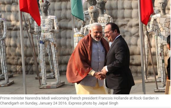 Narendra Modi accueille François Hollande à Chandigarh.