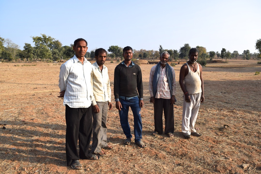 Dans la village de Nama Pura, seulement un champ a été cultivé sur des hectares de terres. Les villageois s'apprêtent à migrer en ville.