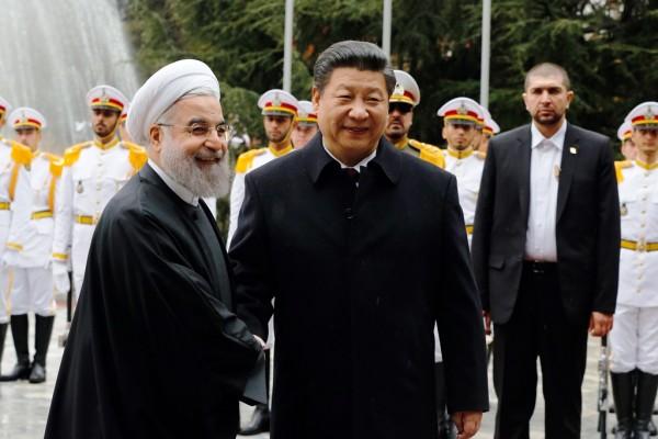 Le président chinois Xi Jinping avec son homologue iranien Hassan Rohani durant une cérémonie d'accueil à Téhéran le 23 janvier 2016.