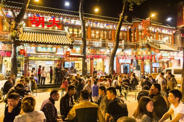 """La célèbre """"rue des fantômes"""" (Guijie) à Pékin"""