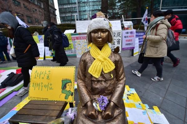 statue en bronze d'une jeune femme avec à l'épaule un oiseau symbole de paix et de liberté