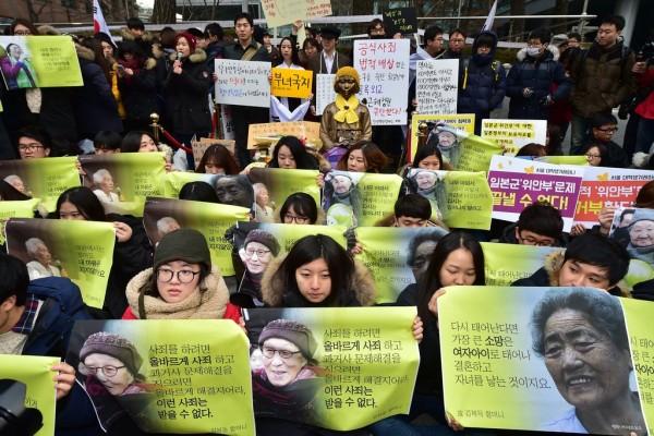 """Des militantes sud-coréennes manifestent en faveur des """"femmes de réconfort"""" devant l'ambassade du Japon à Séoul en décembre 2015"""