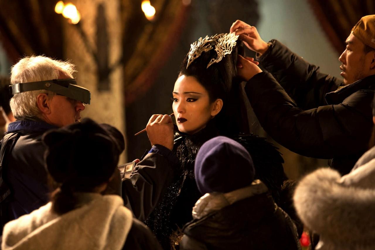 l'actrice chinoise Gong Li, qui joue le rôle de la maléfique Bagujin, en plein maquillage