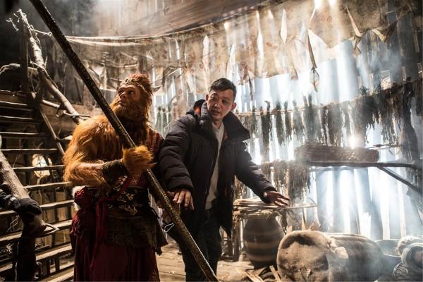Le réalisateur Soi Cheang sur le tournage de son film, The Monkey 2, avec son acteur principal, Aaron Kwok, dans le rôle du Roi singe.