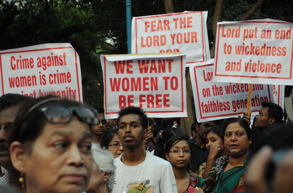 Des résidents indiens et membres de la communauté chrétienne lors d'une marche silencieuse contre le viol collectif d'une nonne à Caclutta le 16 mars 2016.