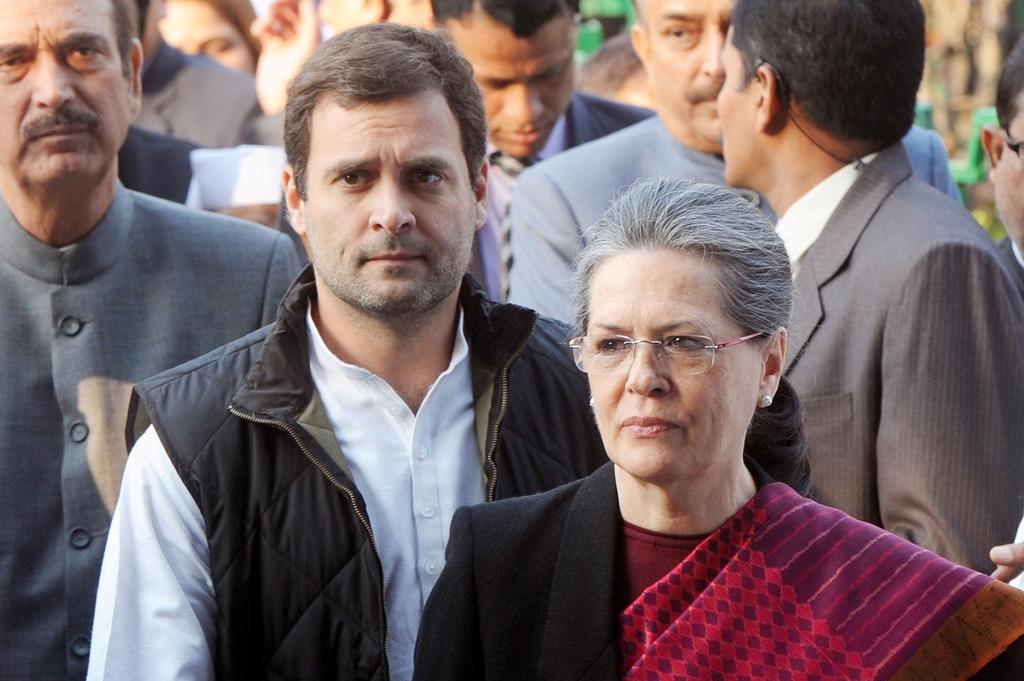 La présidente du parti du Congrès, Sonia Gandhi, et le vice-président Rahul Gandhi (L) à New Delhi le 19 décembre 2015.